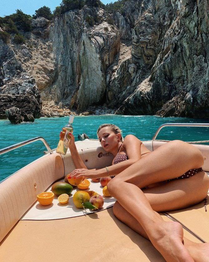 Кэролин Врилэнд фото с фруктами на яхте