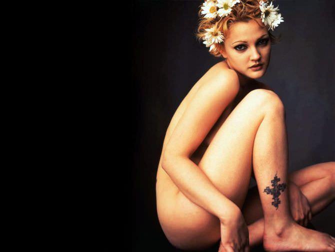 Дрю Бэрримор фотография с татуировкой на лодыжке