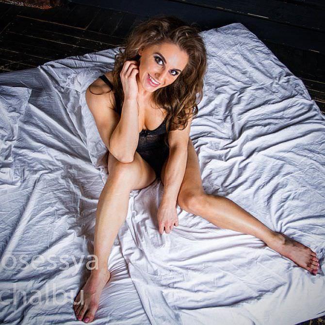 Александра Албу фотография в белье на постели
