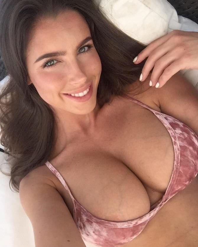 Люсия Яворчекова фото в бархатном бикини