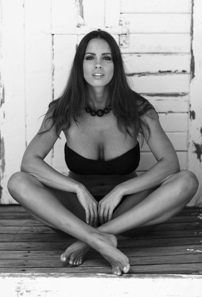 Люсия Яворчекова чёрно-белое фото на полу