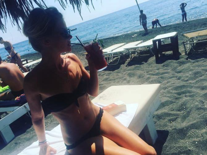 Анита Брием фото с напитком на пляже