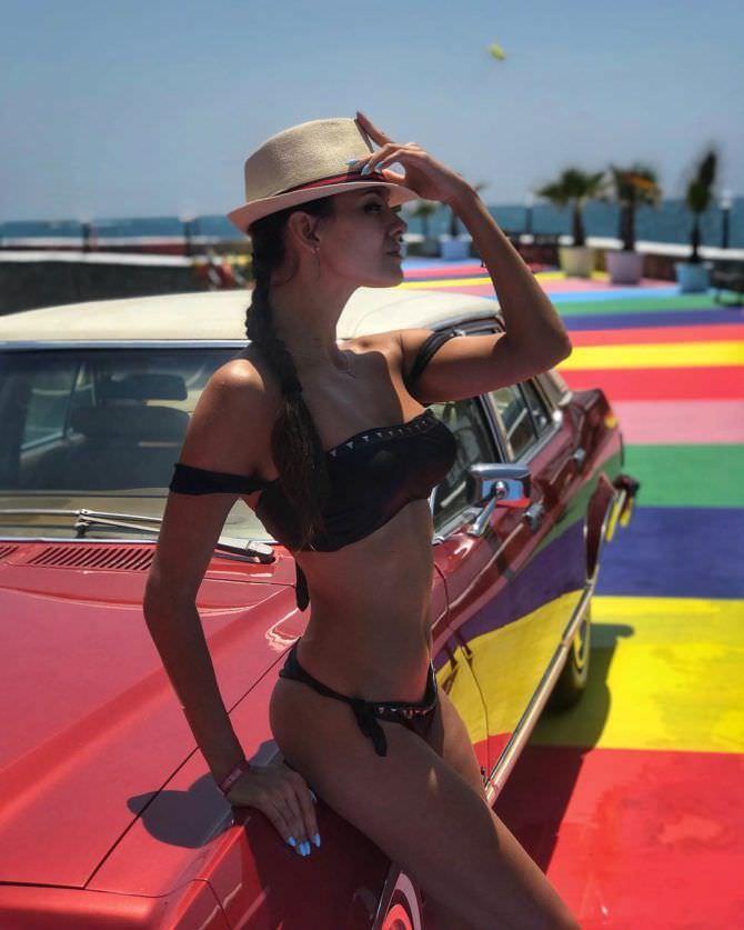 Татьяна Высоцкая фото на пляже в шляпе