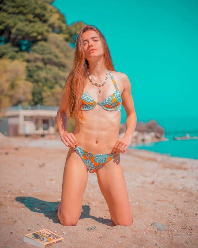Мария Дмитриева фотография в разноцветном бикини