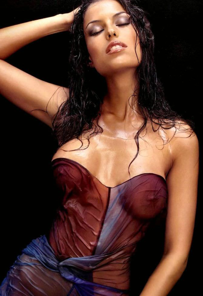 Сара Томмази фотография в мокрой одежде