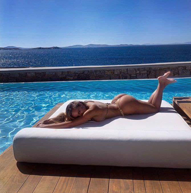 Вероника Белик фото у бассейна на матрасе