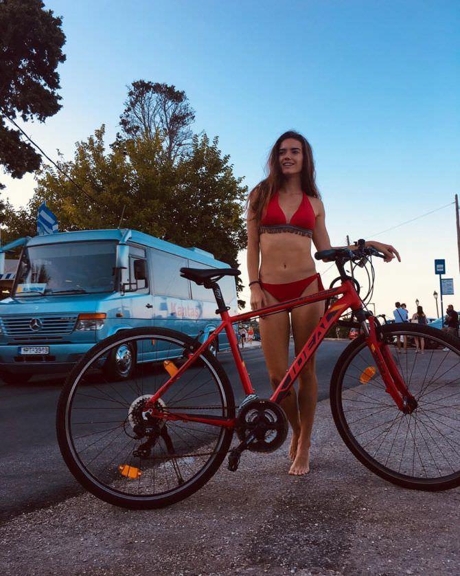 Мария Дмитриева фото в бикини с велосипедом