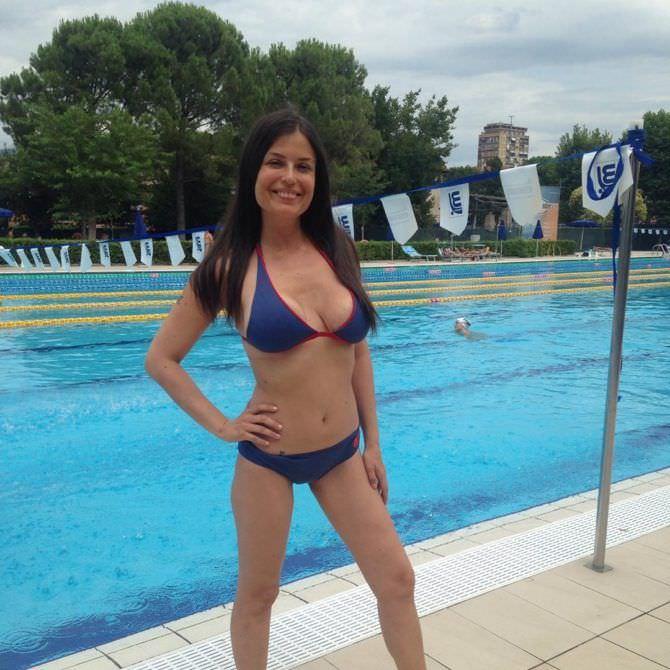 Сара Томмази фото в синем бикини