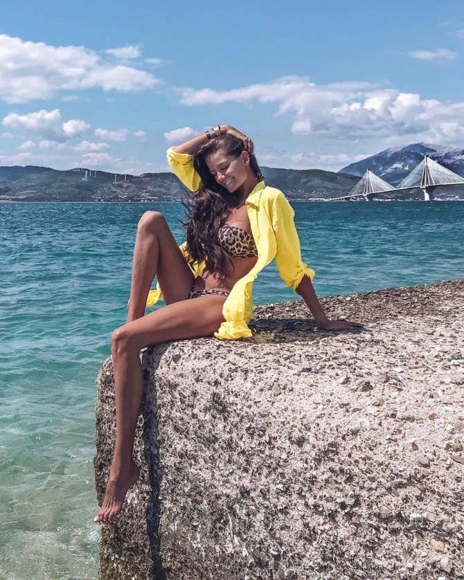 Татьяна Высоцкая фото в жёлтой рубашке