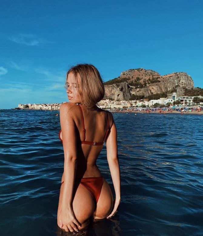 Полина Малиновская фотография в бикини в море