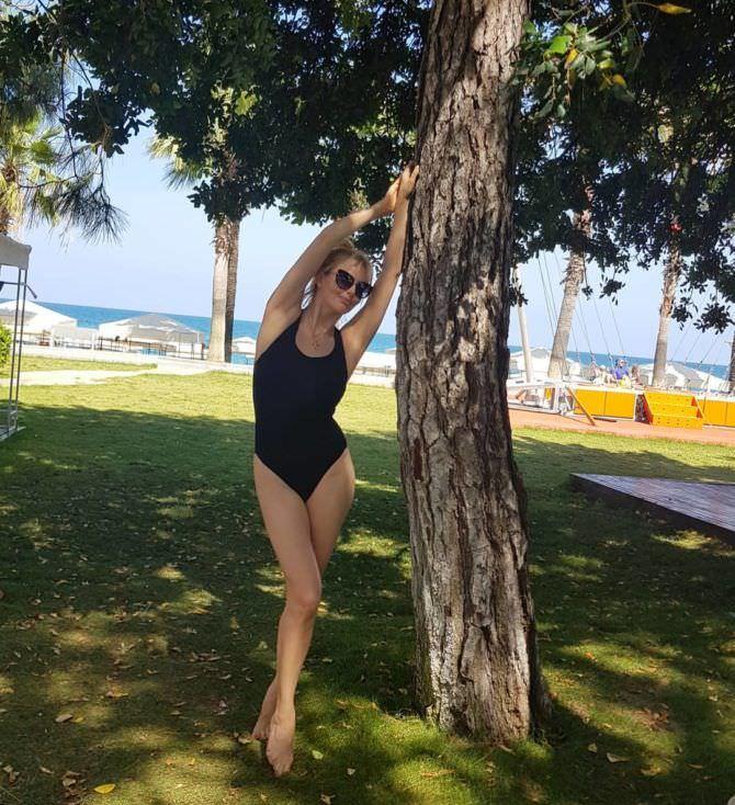 Анна Чурина фотография под деревом