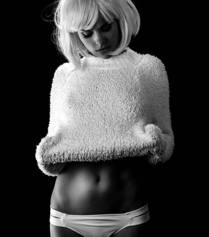 Анита Брием фото в пушистом свитере