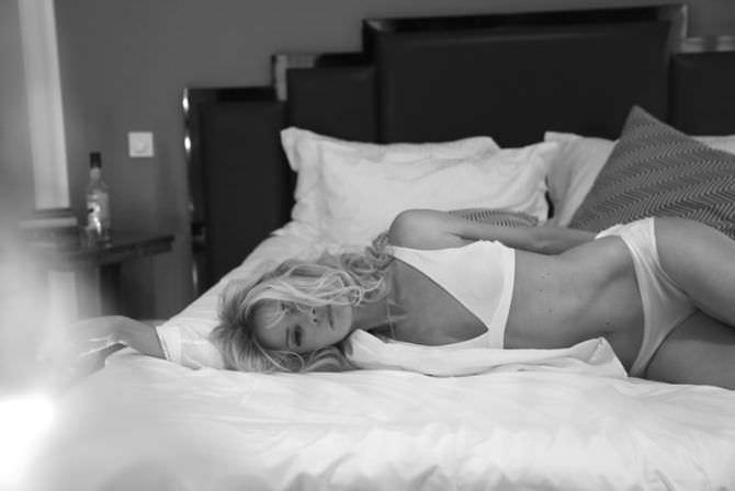 Анита Брием фото в белье на постели