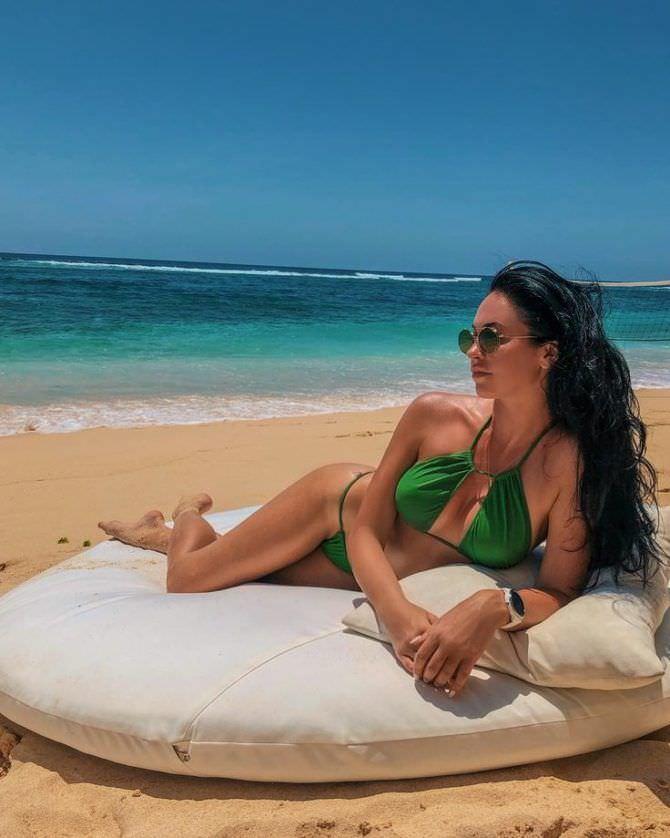 Анастасия Тукмачева фото в зелёном купальнике