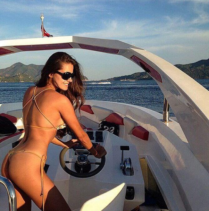 Татьяна Высоцкая фото на катере в бикини