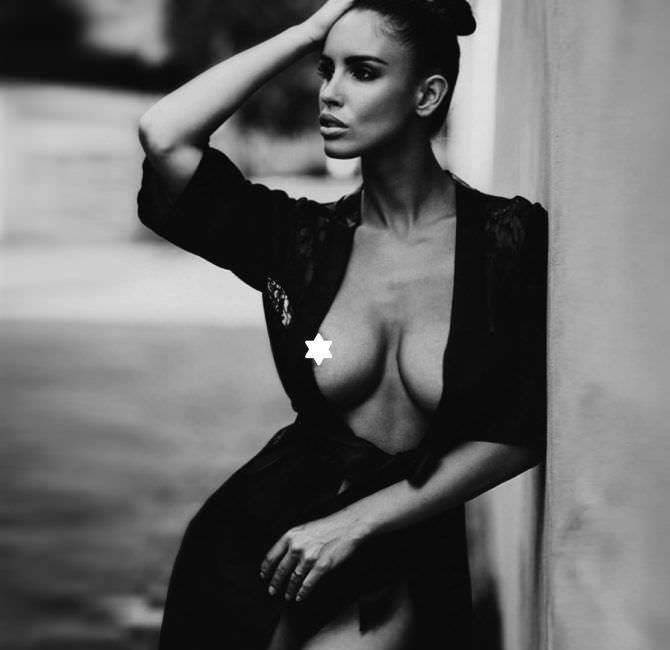 Люсия Яворчекова фото в чёрном халатике