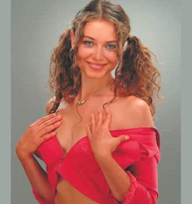 Марина Казанкова фотосессия в молодости в красном костюме