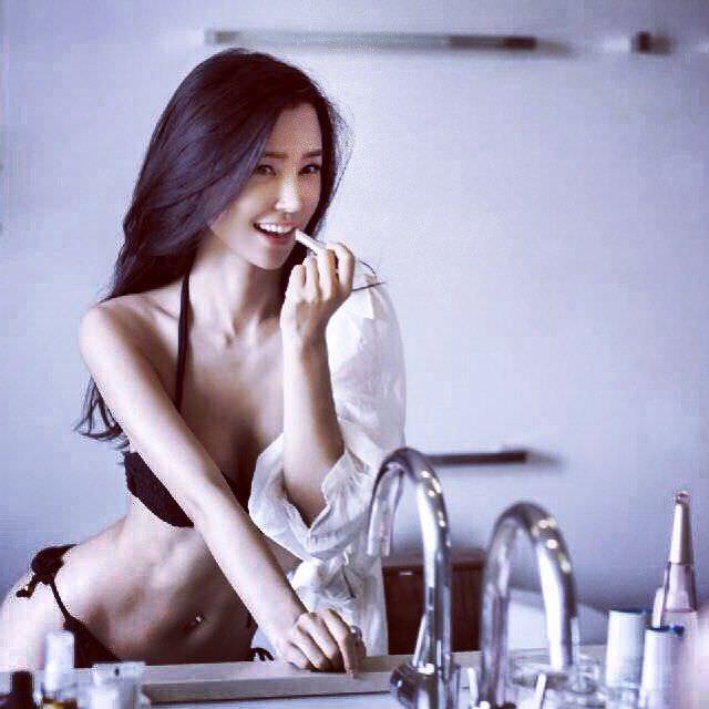 Яо Синтун фото в чёрном бикини