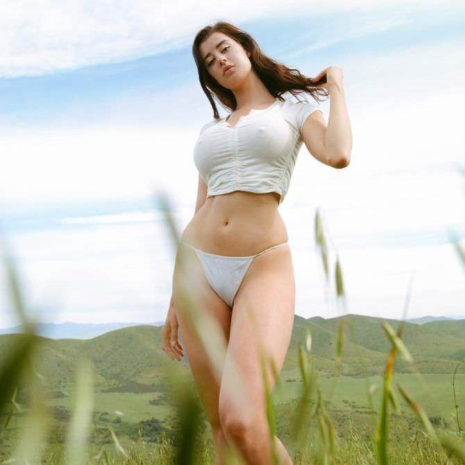 Сара Макдэниэл фото в открытом поле