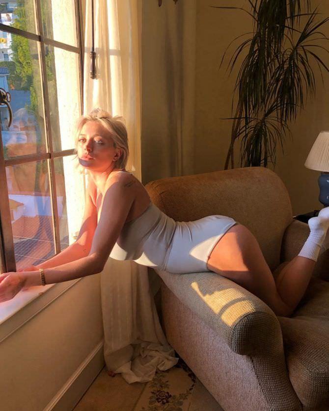 Кэролин Врилэнд фото в носках