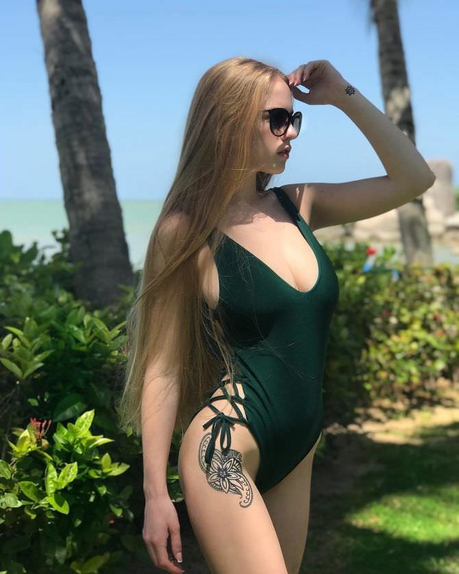 Оксана Невеселая фото в купальнике и очках