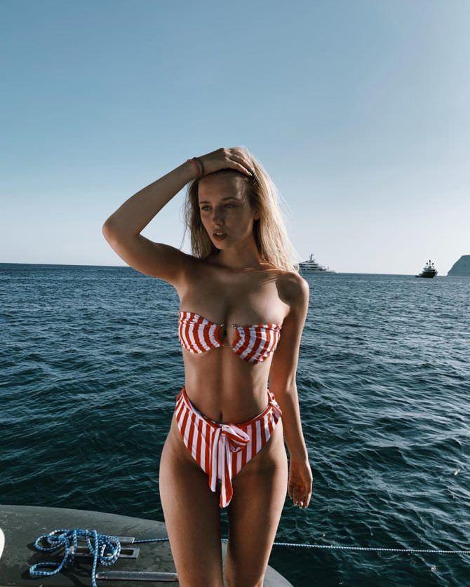 Полина Малиновская фотография в полосатом бикини