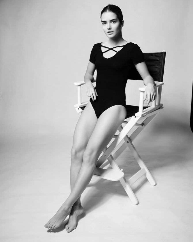 Мария Дмитриева фотография в боди на стуле