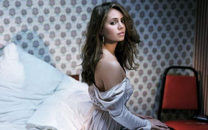 Элиза Душку фото в блузке на кровати