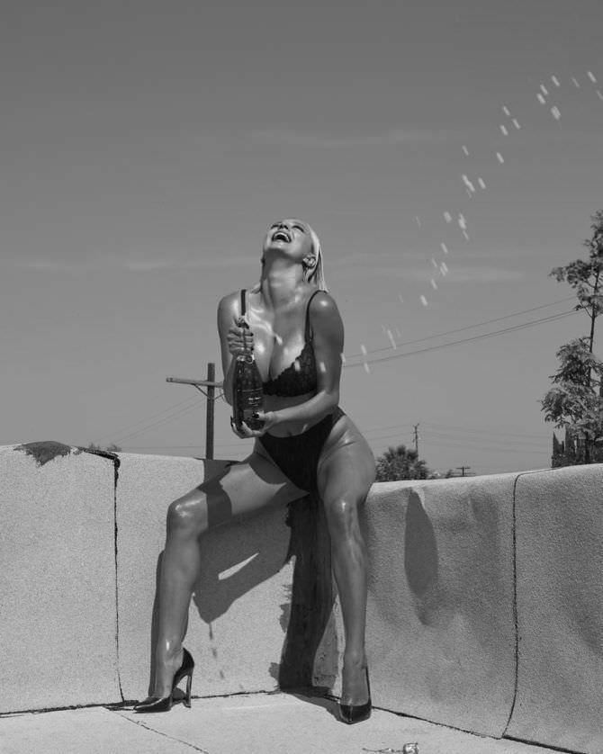 Кэролин Врилэнд фото с бутылкой