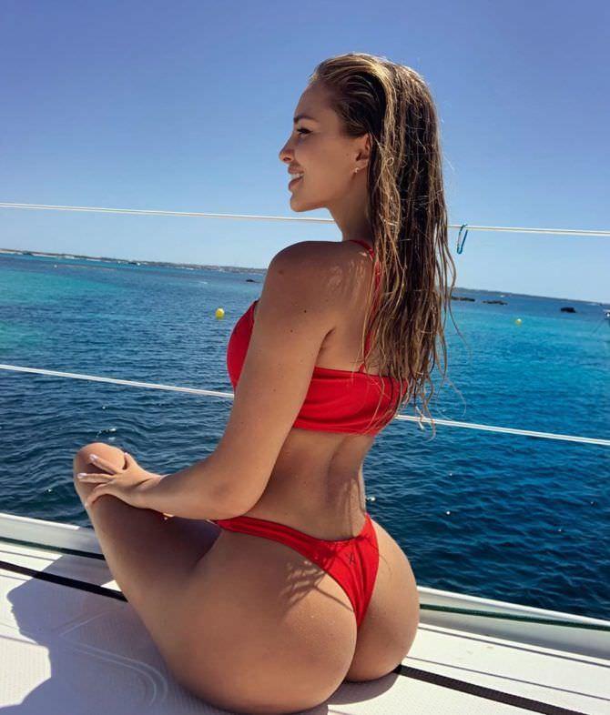 Вероника Белик фотосессия в красном бикини