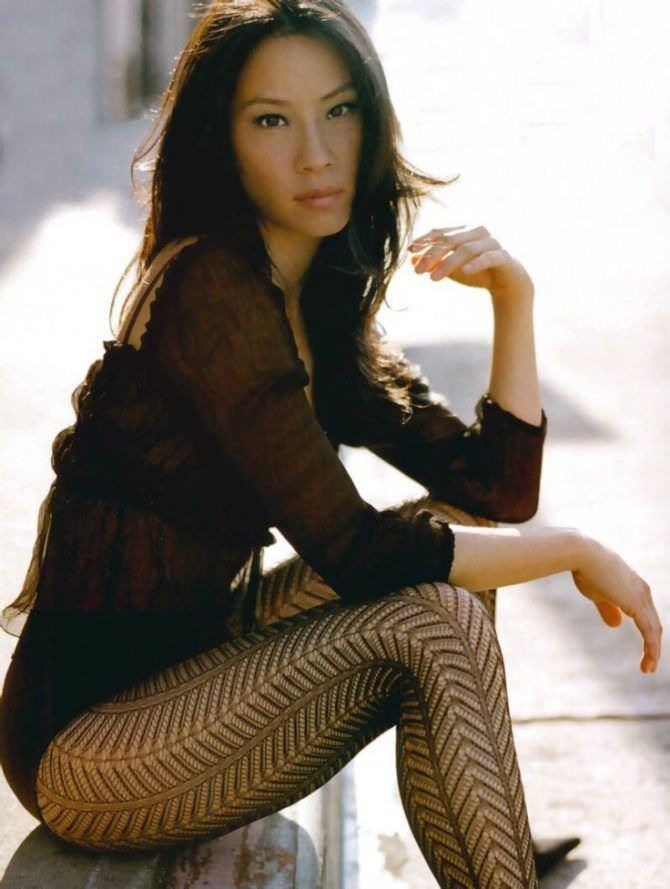 Люси Лью фотография в журнале в чёрных колготках