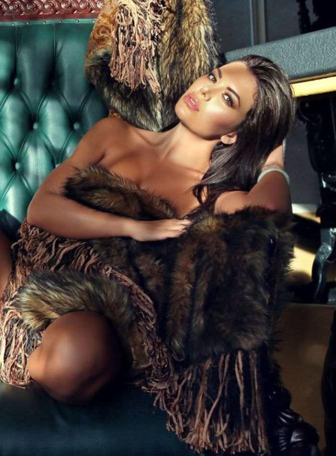 Тучи Кэш фотография с меховым покрывалом