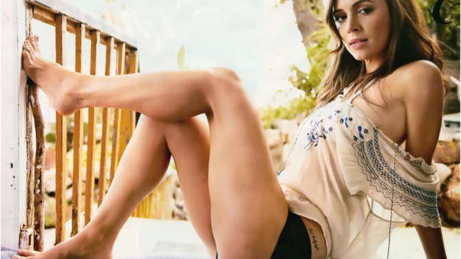 Элиза Душку фотография в шёлковой блузке