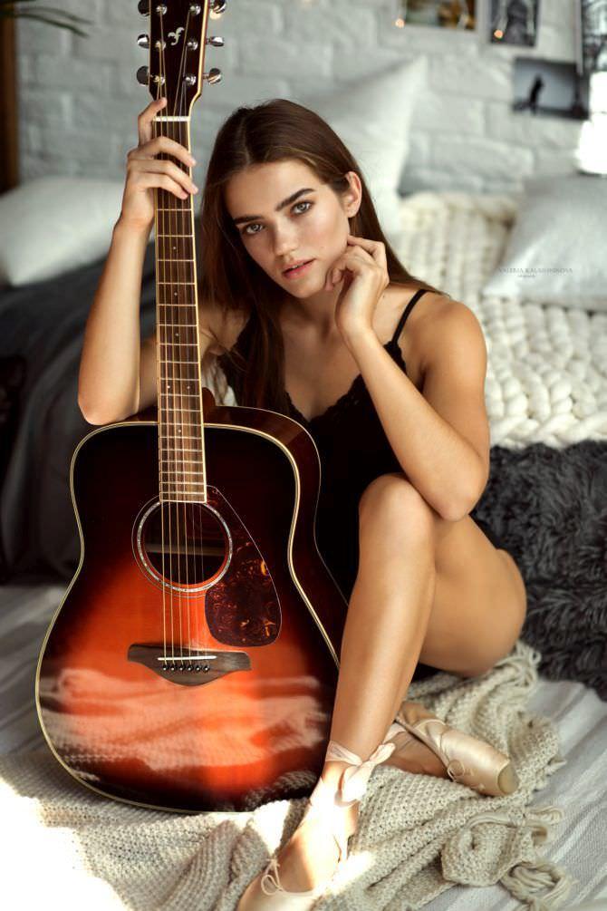Мария Дмитриева фото в нижнем белье с гитарой