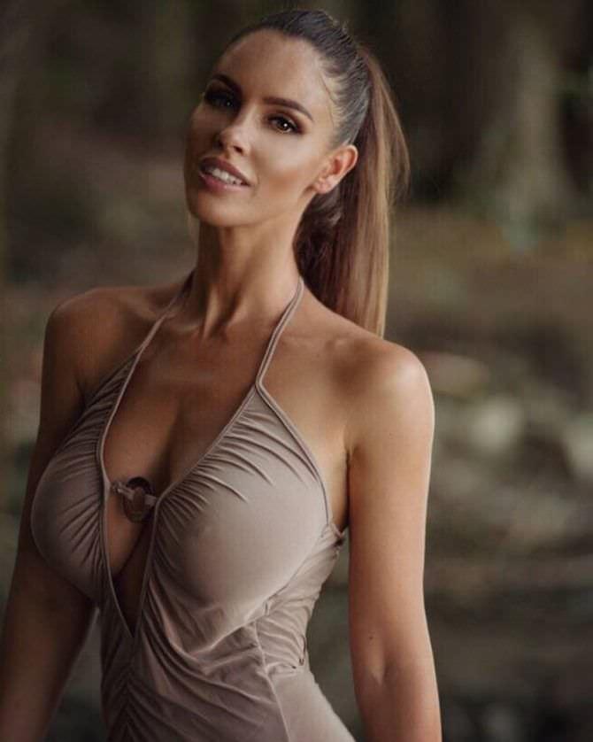 Люсия Яворчекова фото в бежевом платье
