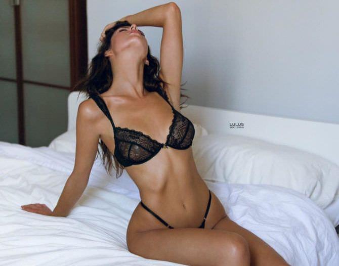 Сара Макдэниэл фото в чёрном белье на кровати