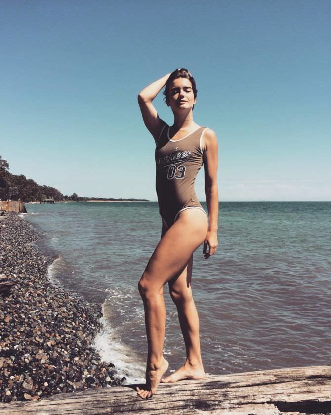 Мария Дмитриева фотов закрытом купальнике