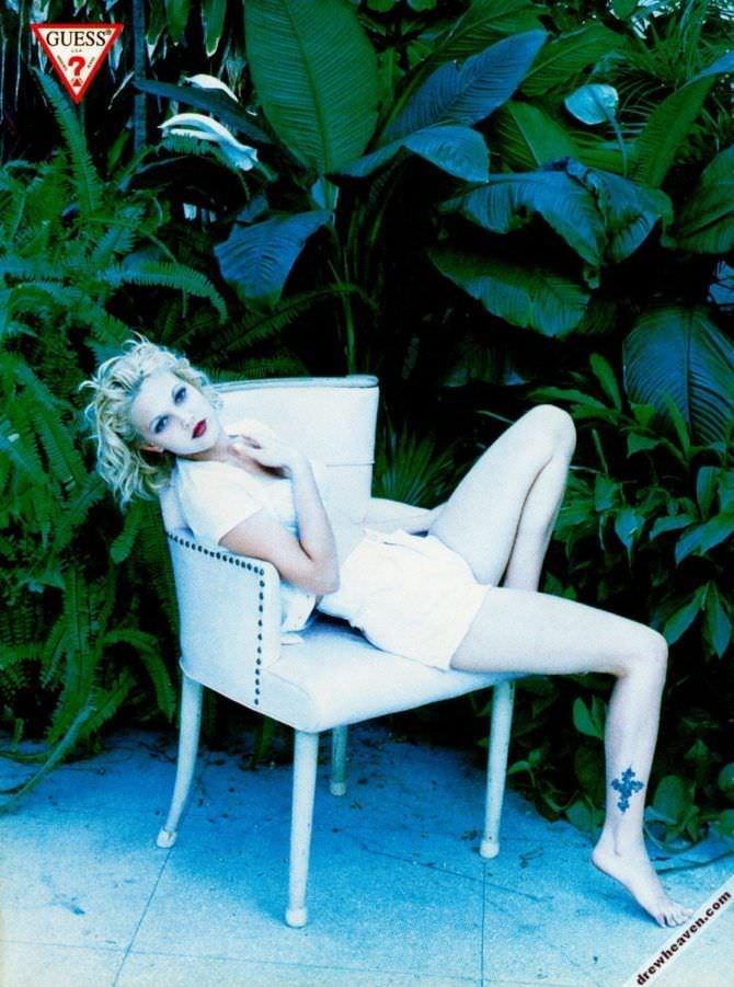 Дрю Бэрримор фото в саду в шортах