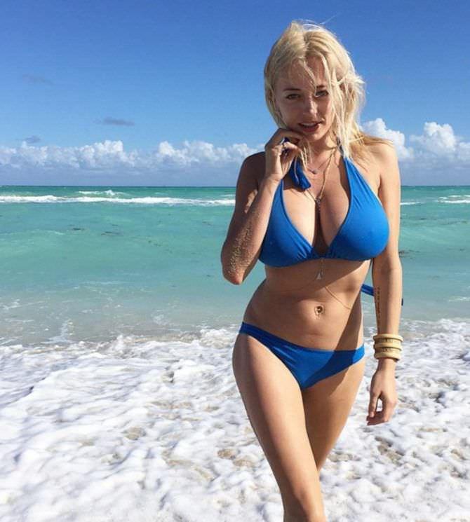 Кэролин Врилэнд фото в синем бикини