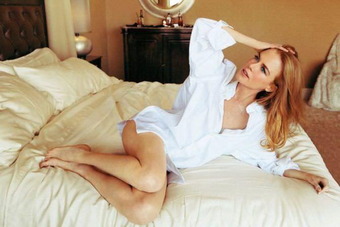 Николь Кидман фото в рубашке на кровати