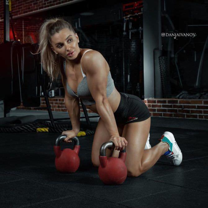 Александра Албу фото с гирями в спортзале