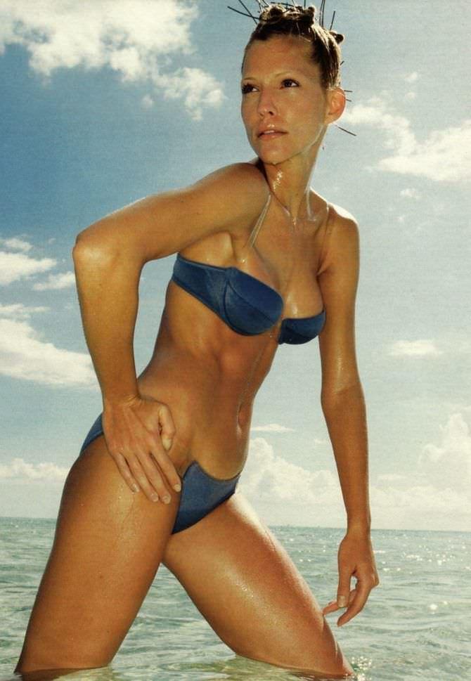 Триша Хелфер фото в синем купальнике