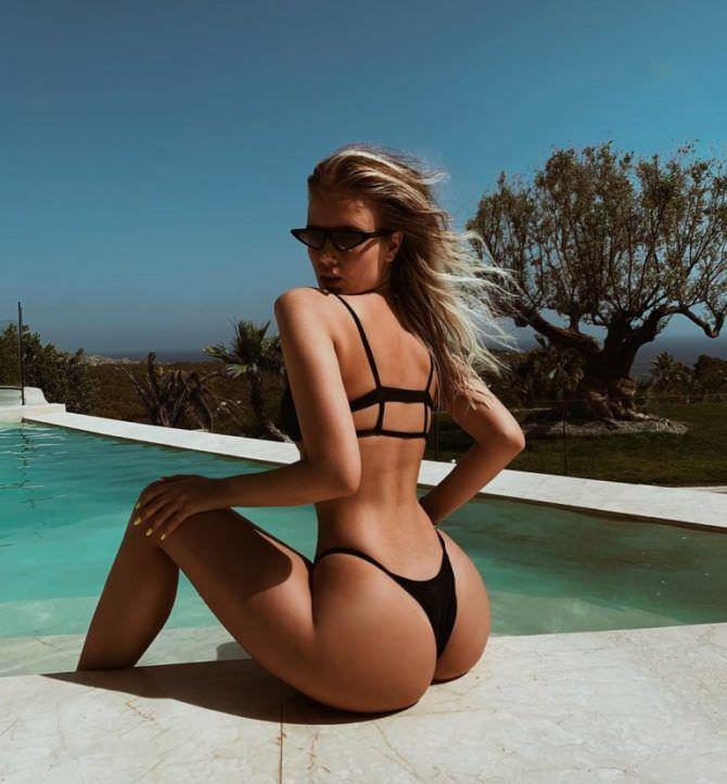 Полина Малиновская фото в бикини у бассейна