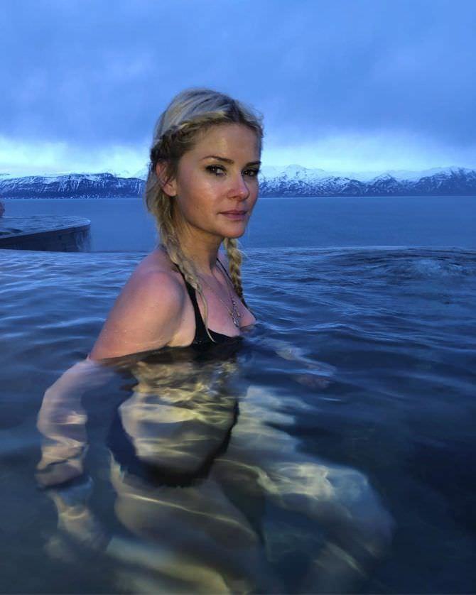 Анита Брием фото в бикини в воде