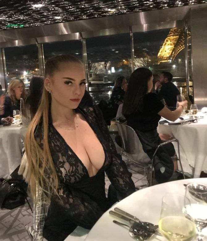 Оксана Невеселая фото в платье в ресторане