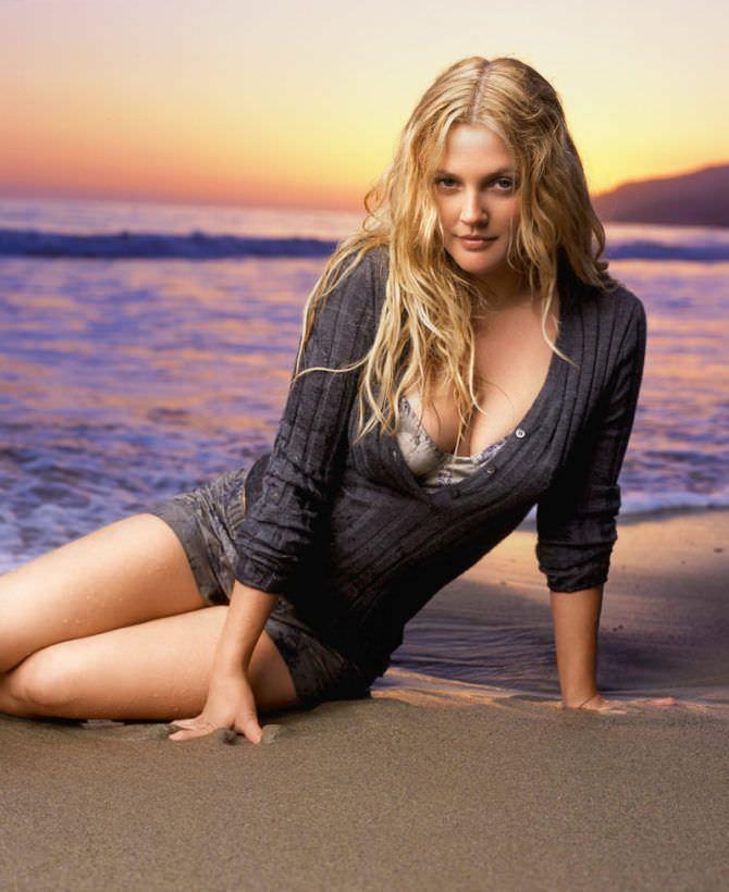 Дрю Бэрримор фотография в кофте на пляже