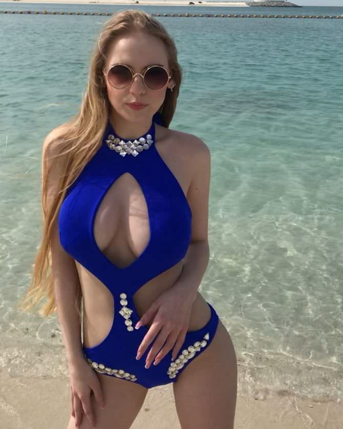 Оксана Невеселая фотография в синем купальнике
