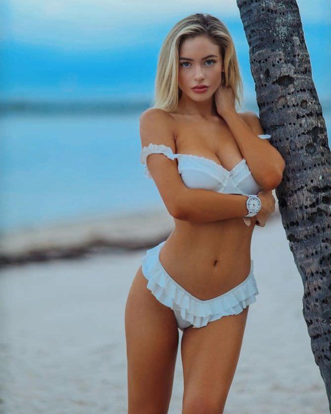 Ханна Палмер фото в бикини с пальмой