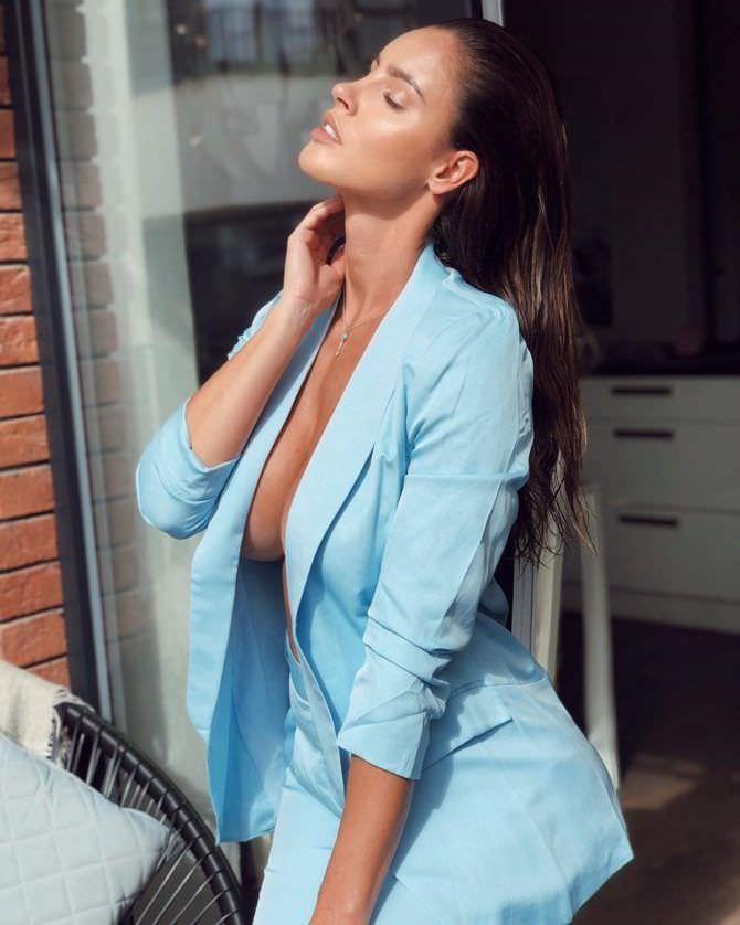 Люсия Яворчекова фото в голубом костюме