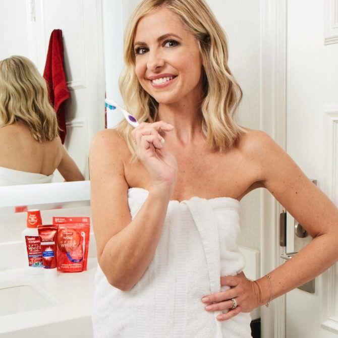Сара Мишель Геллар фото в полотенце в ванной